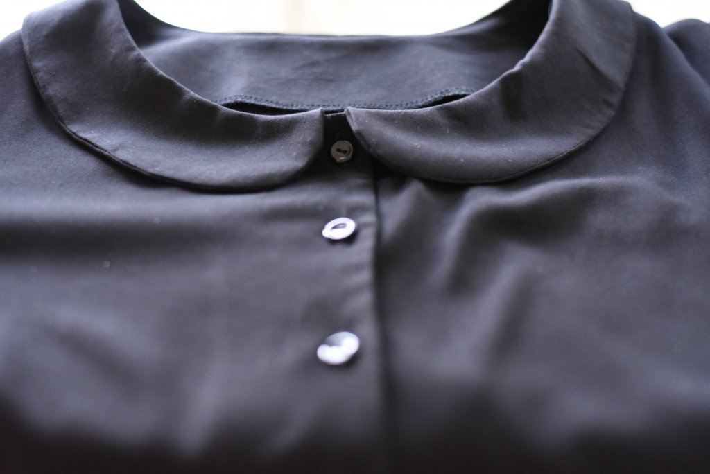 Detail image of the Peter pan collar and the buttons